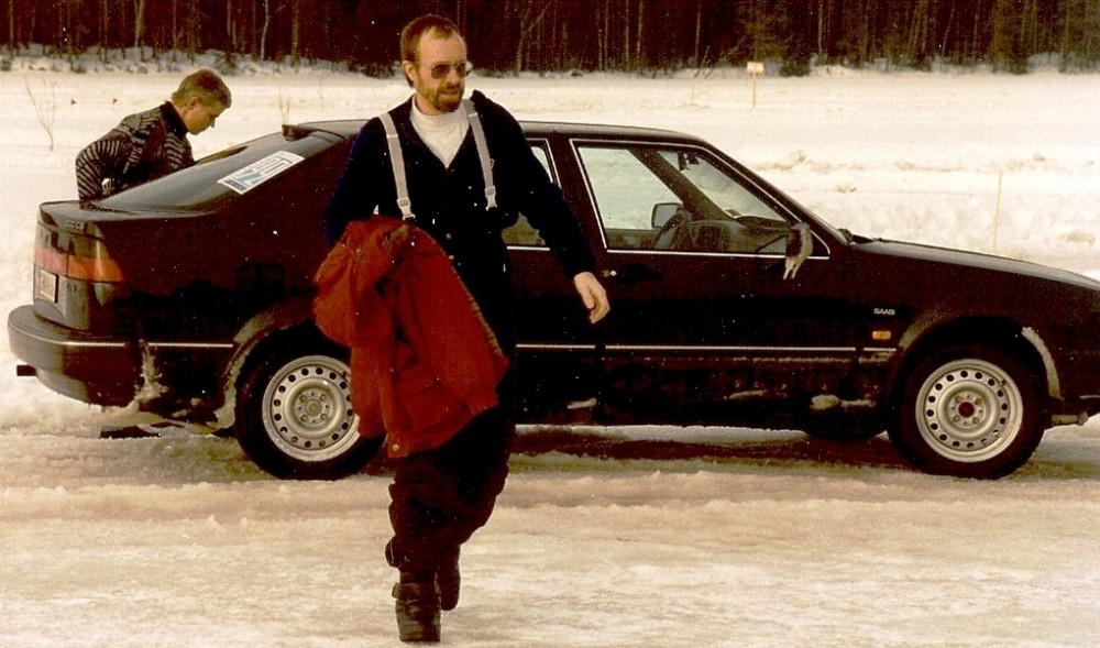 Foto (1992) från istester av vinterdäck med Saab 9000 och Lennart Strandberg i förgrunden.