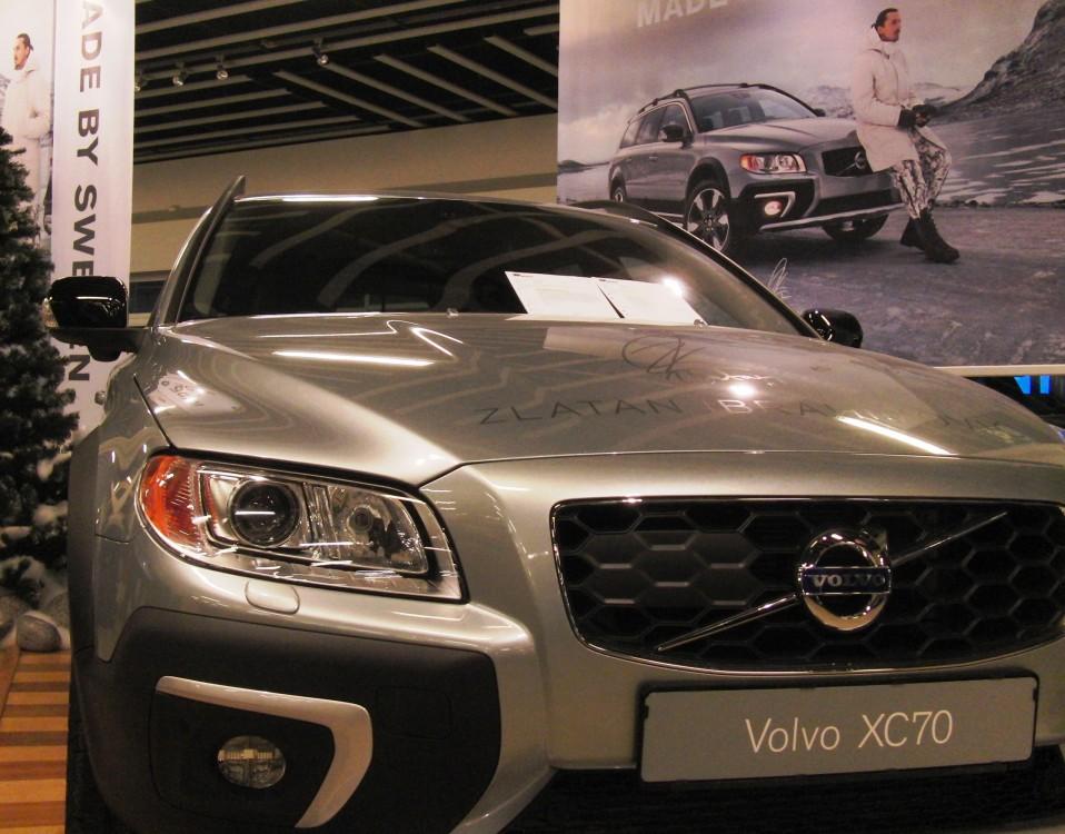 Volvo med skyddsplatta i grillen för radarn i Driver Support-paketet. Under den yttre backspegeln sitter den ena kameran för BLIS, Blind Spot Indication System. I modellår 2014 av 60-serien ersattes BLIS-kamerorna av radar innanför bakflyglarna.