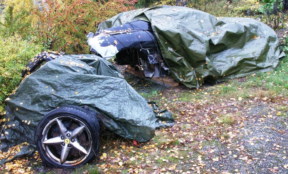 Ferrarivrak efter avåkning på en kurvas insida.
