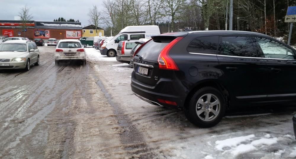 Den svarta Labb-Volvon har hejdats i utbackningen av CTA-radarn, som kunde larma när den vita Passaten var på korsande kurs.